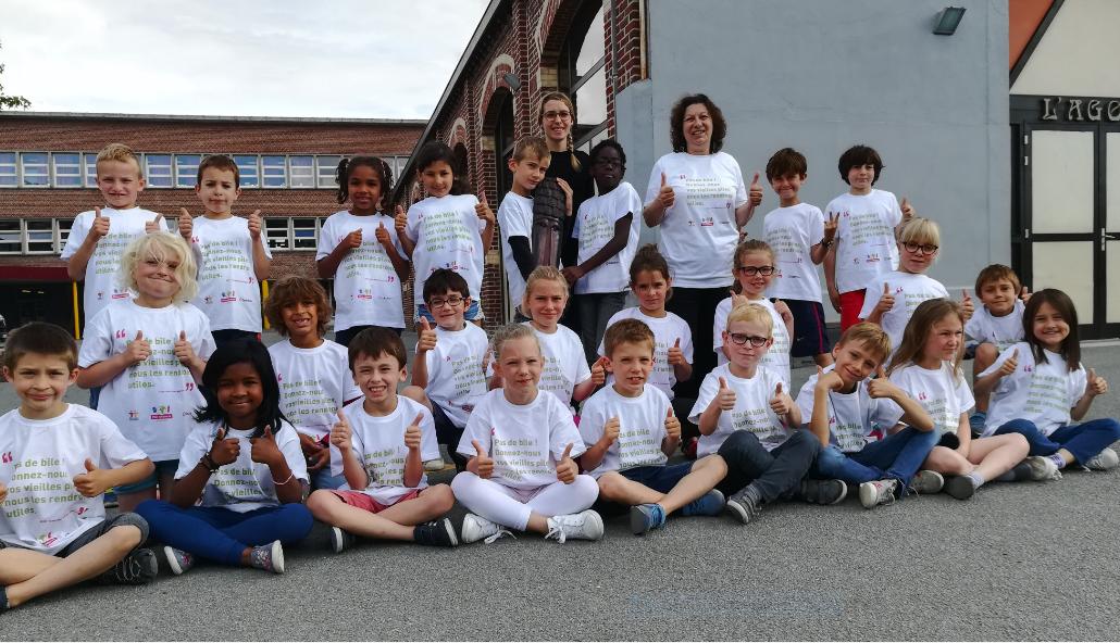 La classe de CE1B de l'école Saint-Adrien La Salle de Villeneuve d'Ascq à la remise des prix.